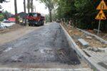 Wąbrzeźno. Na ul. Legionistów wylewają pierwszą warstwę asfaltu - 8.10.2020 r.